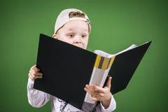 Junge liest einen Ordner mit Papieren Lizenzfreies Stockbild