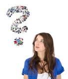 Junge lokalisierte Frau mit Fragezeichen Konzept für ein Datierungspo Stockfotografie