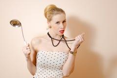 Junge lustige blonde Retro- Pinupdame halten groß Stockfotografie