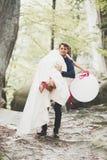 Junge lustige glückliche Hochzeitspaare draußen mit Ballons stockbilder