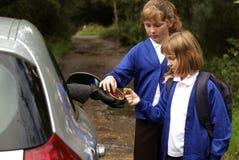 Junge Mädchen allein auf einem Feldweg, der Bonbons von einem merkwürdigen nimmt Lizenzfreie Stockbilder