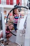 Junge Mädchen auf Segelnboot stockfoto