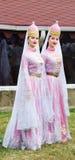 Junge Mädchen Circassian in traditionellen Kostümen Adyghe am Festival des Käses Adyghe in Adygea lizenzfreie stockfotografie
