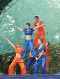 Junge Mädchen in der hellen Klage tanzen und zeigen akrobatische Bremsungen auf Sc Stockbilder