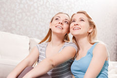 Junge Mädchen an der Pyjamapartei Lizenzfreie Stockfotos
