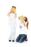 Junge Mädchen der Schönheit mit frischen Äpfeln lizenzfreie stockfotos