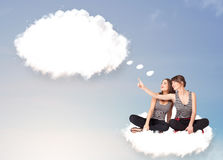 Junge Mädchen, die auf Wolke sitzen und an abstraktes Sprache bub denken Stockbilder