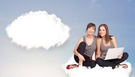 Junge Mädchen, die auf Wolke sitzen und an abstraktes Sprache bub denken Stockbild