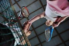 Junge Mädchen, die das Tennisspiel Innen spielen Lizenzfreie Stockbilder