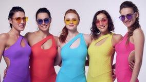 Junge Mädchen, die in der bunten Kleidung aufwerfen stock video footage