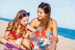 Junge Mädchen, die folgendes Urlaubsziel besprechen Stockbild