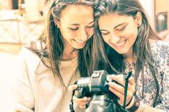 Junge Mädchen, die Fotos in einer Digitalkamera aufpassen Stockbild
