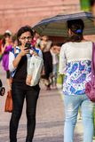 Junge Mädchen, die Fotos mit Handy machen Stockfoto