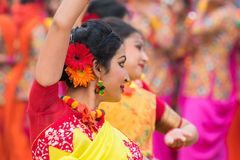 Junge Mädchen, die an Holi/am Frühlingsfest tanzen Lizenzfreie Stockfotos