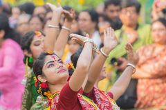 Junge Mädchen, die an Holi/am Frühlingsfest tanzen Stockfoto