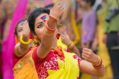 Junge Mädchen, die an Holi/am Frühlingsfest tanzen Stockbilder