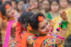 Junge Mädchen, die an Holi/am Frühlingsfest tanzen Stockfotografie