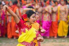 Junge Mädchen, die an Holi/am Frühlingsfest tanzen Lizenzfreie Stockbilder