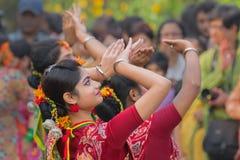 Junge Mädchen, die an Holi/am Frühlingsfest tanzen Lizenzfreies Stockfoto