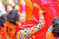 Junge Mädchen, die an Holi/am Frühlingsfest tanzen Lizenzfreies Stockbild