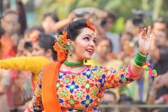 Junge Mädchen, die an Holi/am Frühlingsfest tanzen Stockbild