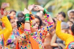 Junge Mädchen, die an Holi/am Frühlingsfest tanzen Stockfotos