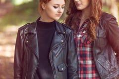 Junge Mädchen, die Lederjacken tragen Lizenzfreies Stockfoto
