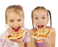 Junge Mädchen, die Pizza essen stockfotos
