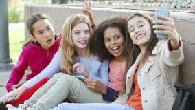 Junge Mädchen, die Selfie mit Handy im Park nehmen stock footage
