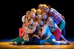 Junge Mädchen in einem Gruppentanz Lizenzfreies Stockbild