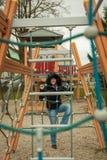 Junge Mädchen haben Spaß an den Anziehungskräften der Kinder Lizenzfreies Stockfoto
