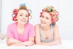 Junge Mädchen im Bett an der Pyjamapartei Stockfotos