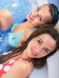 Junge Mädchen im Jacuzzi lizenzfreie stockfotos
