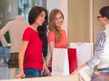 Junge Mädchen mit Einkaufstaschen im Speicher Stockfotos