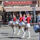Junge Mädchen mit Trommeln auf dem Marsch Lizenzfreies Stockfoto