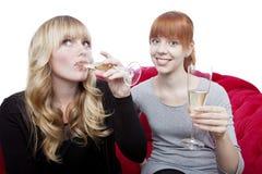 Junge Mädchen trinken Champagner und Beifall Lizenzfreies Stockfoto