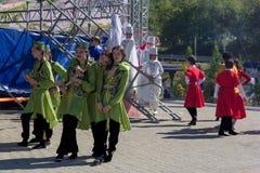 Junge Mädchen und Jungenkünstler in der traditionellen Circassian Kleidung bereiten vor sich, am Festival von Adyghe-Käse in den  stockbilder