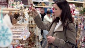 A, Junge, Mädchen, wählt, Käufe, Weihnachten, Spielwaren, Supermarkt , Neu, Jahr stock footage
