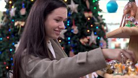 A, Junge, Mädchen, wählt, Käufe, Weihnachten, Spielwaren, Supermarkt , Neu, Jahr stock video