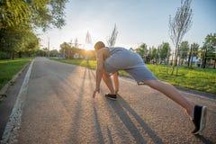 Junge Männer, bevor morgens laufen Lizenzfreies Stockfoto