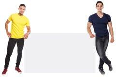 Junge Männer copyspace vermarktendes leeres leeres Zeichen der Anzeigen-Anzeige lokalisiert auf Weiß lizenzfreie stockbilder