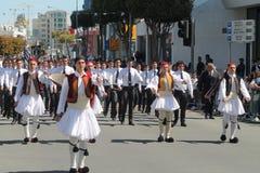 Junge Männer in den nationalen Kostümen teilnehmend an der Parade stockfotos