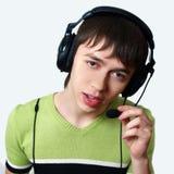 Junge Männer des Portraits in den Kopfhörern lizenzfreie stockfotografie