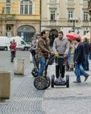 Junge Männer, die auf das Segways in Prag reisen Lizenzfreies Stockfoto