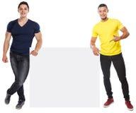 Junge Männer, die copyspace vermarktende Anzeigenanzeige zeigend leeres leeres Zeichen lokalisiert auf Weiß darstellen stockbild