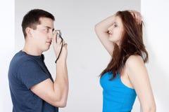 Junge Paare, die Fotos machen Lizenzfreie Stockfotografie