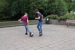 Junge Männer, die mit einem Ball spielen Stockfotos