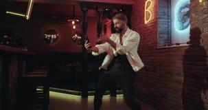 Junge Männer, die in die Stange tanzen und Fotos unter Verwendung eines Smartphone machen stock video