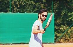 Junge Männer, die Tennis spielen Lizenzfreie Stockbilder