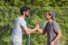 Junge Männer, die Tennis spielen Stockbild